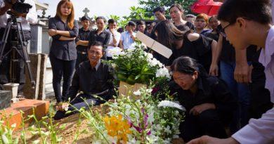 Bố ngã quỵ, mẹ đòi lao xuống huyệt cùng con trai trong tang lễ sinh viên HUTECH tử vong vì mảng bê tông