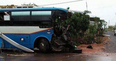 Tai nạn nghiêm trọng ở Quảng Bình: Xe khách biển Lào đâm xe tải, 3 người tử vong, nhiều người bị thương